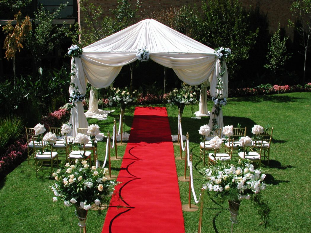 Outdoor wedding ceremony decorations romantic decoration for Backyard wedding ceremony decoration ideas