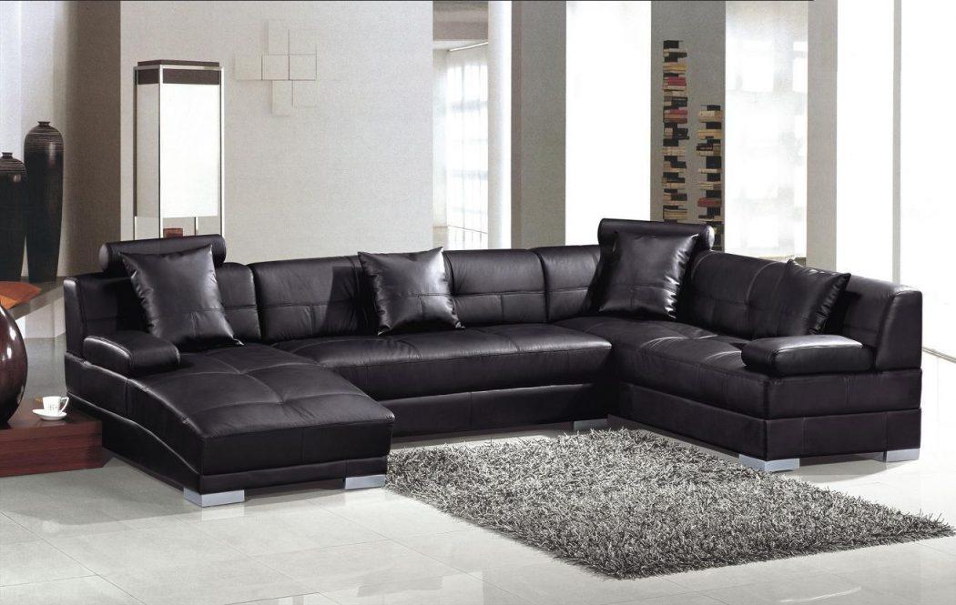 черный кожаный мягкий диван в разрезе в гостиной