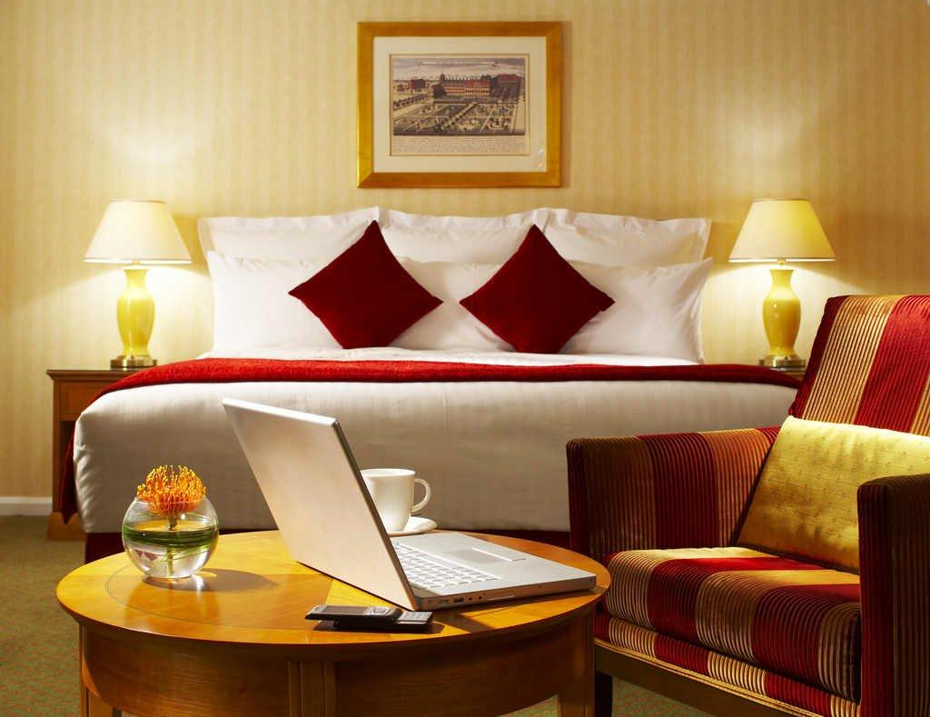 LONLM_Bedroom Is Kensington Close Hotel Suitable for London Visitors?