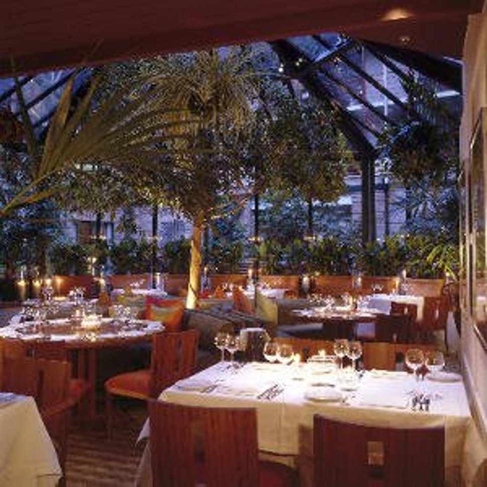 romantic-restaurant-interior-design-with-flower-accesories Top 10 Most Inspiring Restaurant Interior Designs in The World