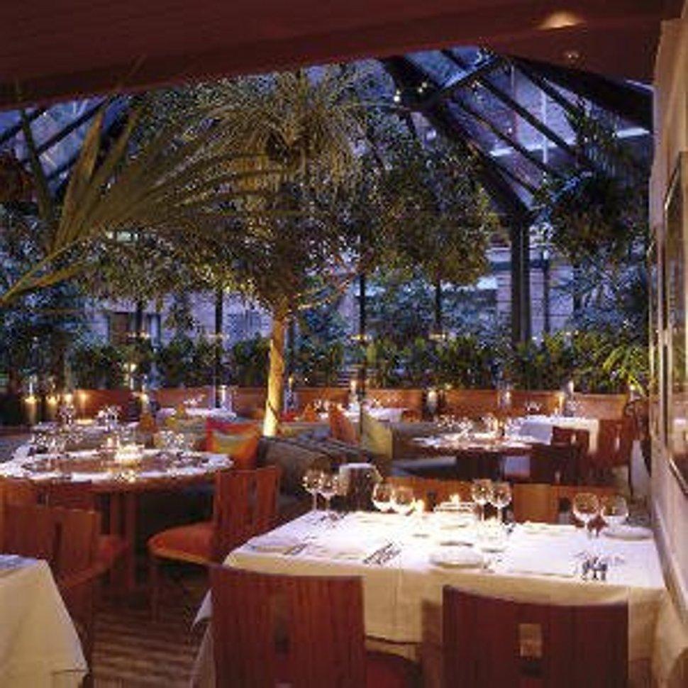 romantic-restaurant-interior-design-with-flower-accesories Top 10 Most Inspiring Restaurant Interior Designs in The World