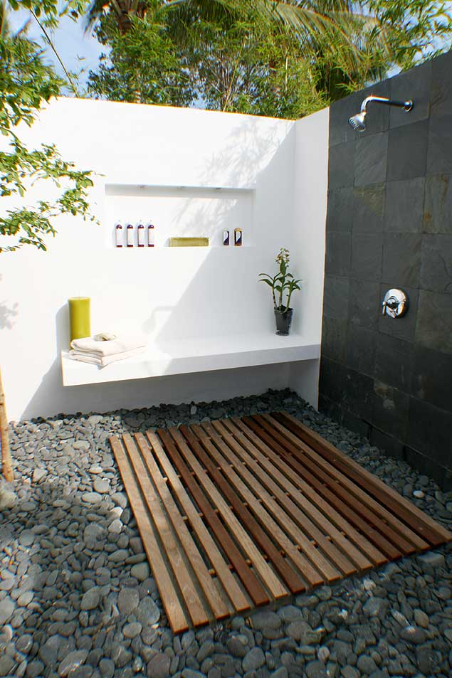 3-outdoor-shower Outdoor Showers Can Make You Feel Cool In The Hot Summer