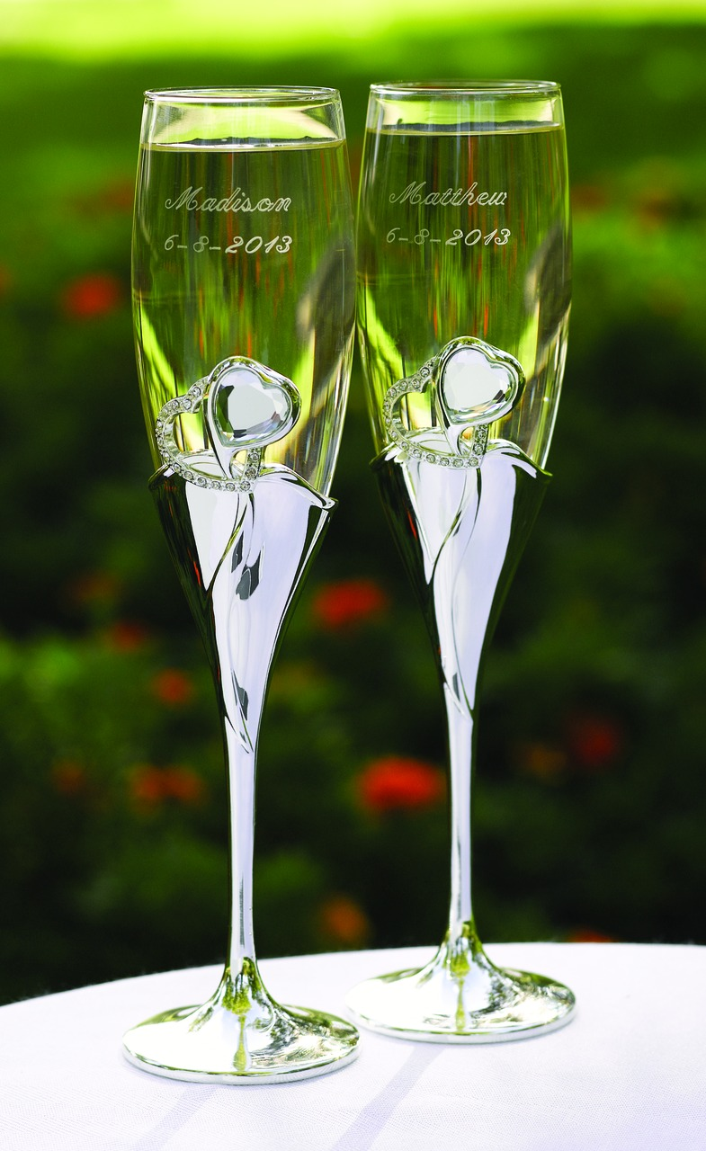 Bling-Hearts-Flutes 20 unique wedding giveaways ideas