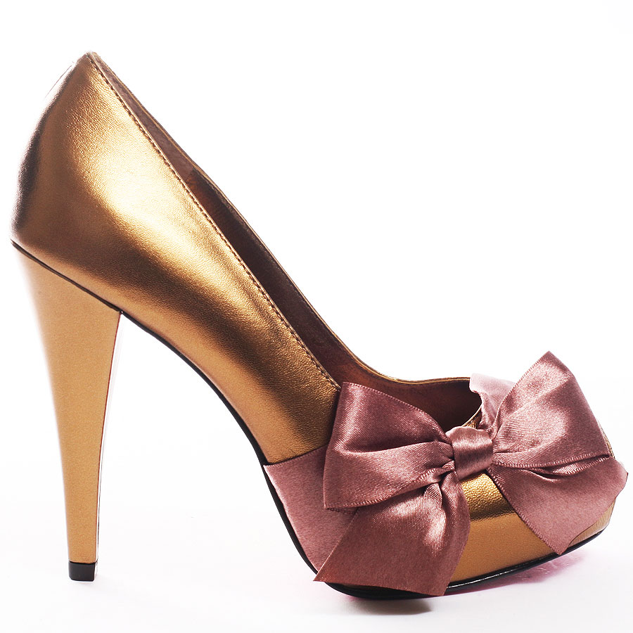 ZPH184_OUT_LG Why All Women Like Paris Hilton Shoes?