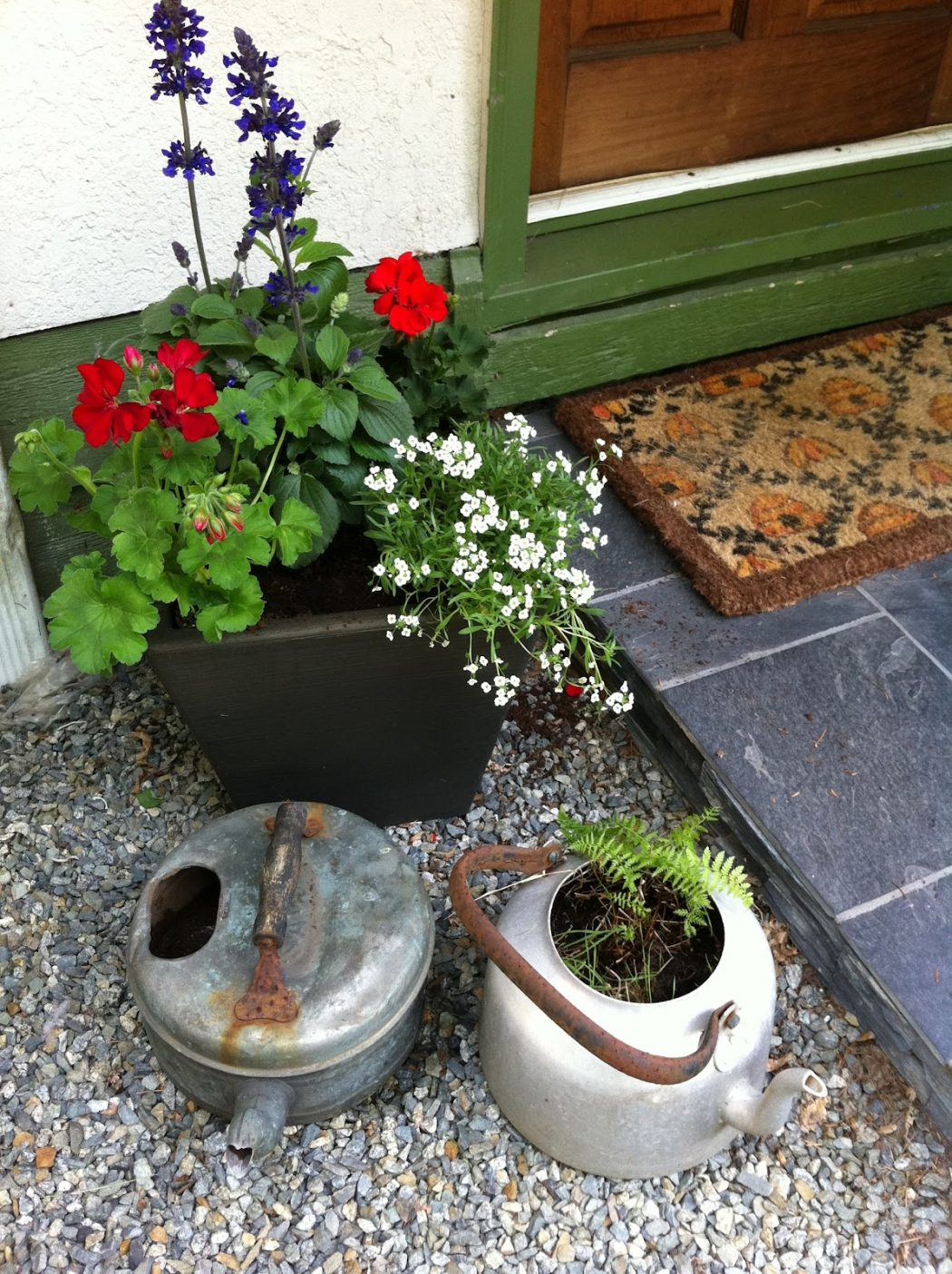 frontdoor-planter 10 Fascinating and Unique Ideas for Portable Gardens