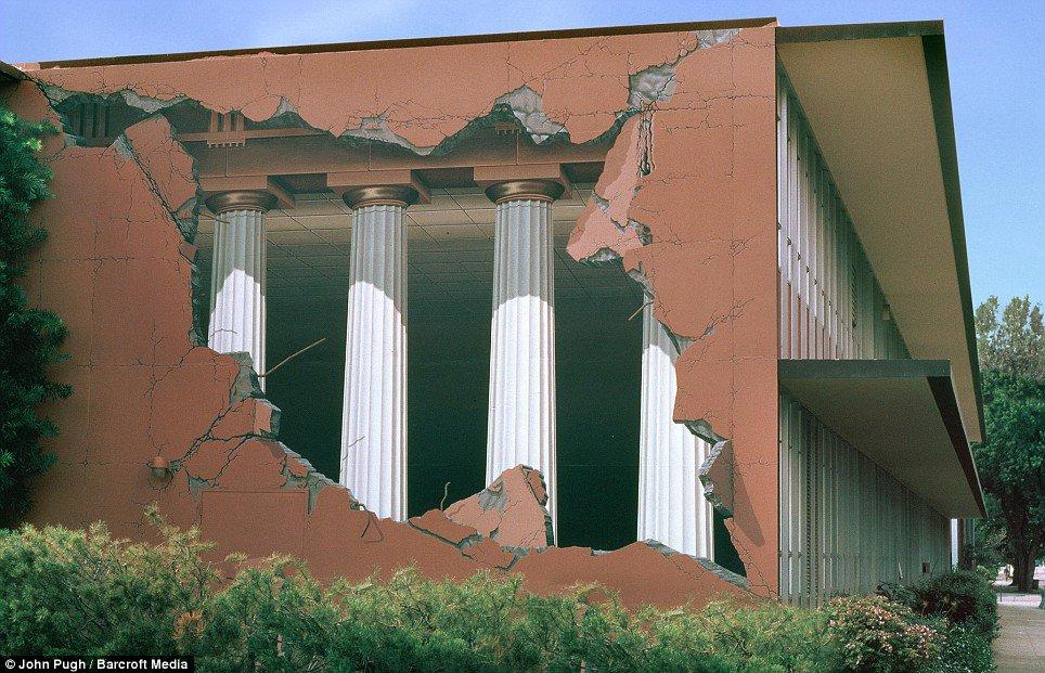 street_art_ 25 Strangest Wall Paintings