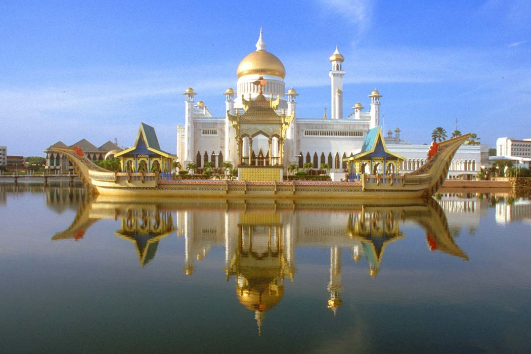 BWN-Brunei-Bandar-Seri-Begawan-Omar-Ali-Saifuddien-Mosque-with-stone-boat-and-lagoon-by-day-b Top 10 Richest Countries