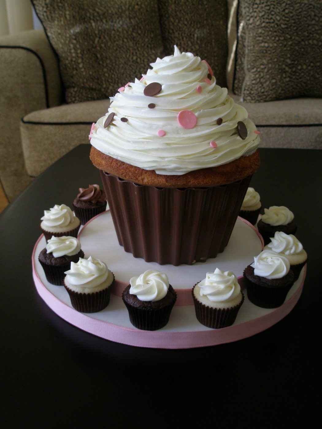 Really-Big-Pink-and-Chocolate-Cupcake Cupcakes Are So Easy To Be Made At Home