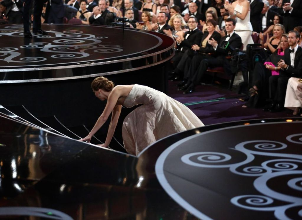 jennifer-lawrence-falls-at-Oscars-pic1 Best 10 Images for Awards in 2013