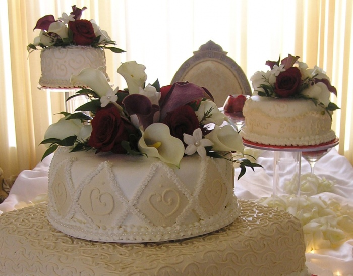 Champagne-White-and-Burgundy-Wedding-Cake-UP-CLOSE 50 Mouthwatering and Wonderful Wedding Cakes