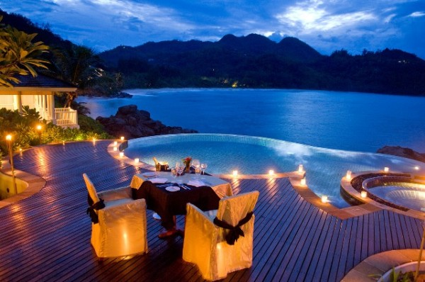 Dining-by-round-infinity-pool-overlooking-ocean-cliffs-600x398 Top Creative Romantic Ideas For Your Sweetheart