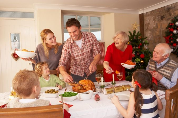 Family-serving-Christmas-dinne-27387581 10 Tips to Show You How to Deal with Your In-Laws Successfully