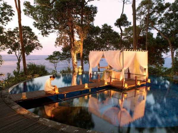 Romantic-floating-dining-over-pool-600x450 Top Creative Romantic Ideas For Your Sweetheart