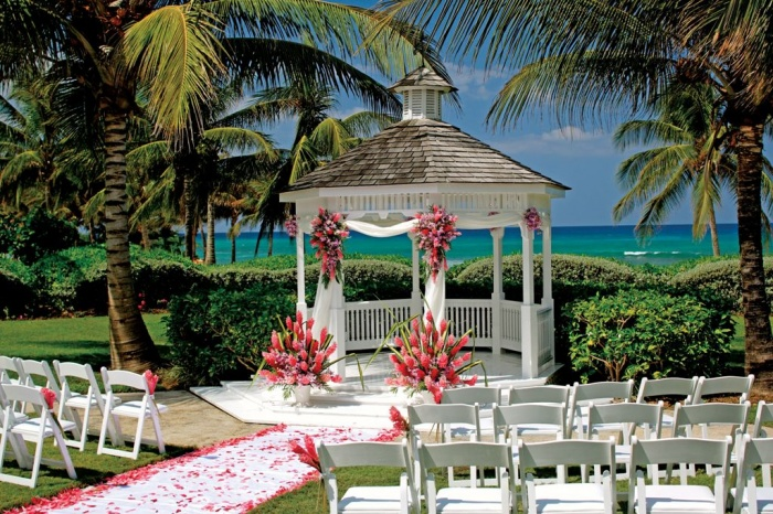 beach. Dazzling and Stunning Outdoor Wedding Decorations