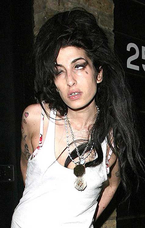 emy-winehouse Top 12 Ugliest Celebrity Makeup