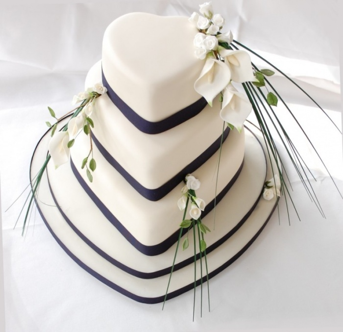 heart-wedding-cake 50 Mouthwatering and Wonderful Wedding Cakes