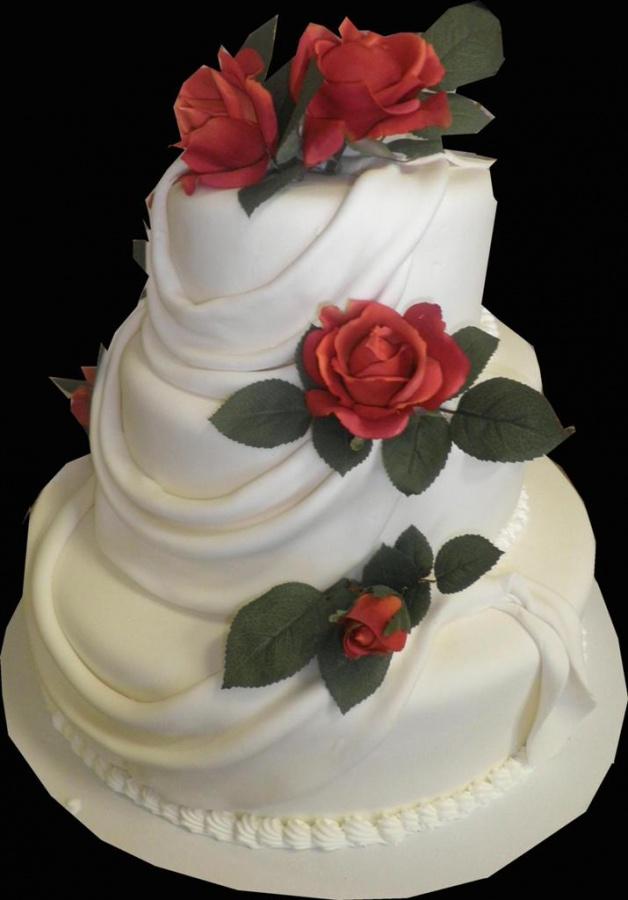 red-roses 50 Mouthwatering and Wonderful Wedding Cakes
