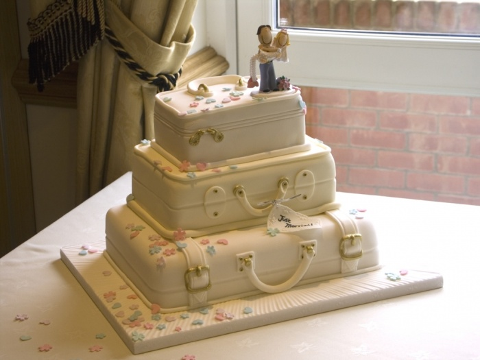 suitcase_wedding_cake 50 Mouthwatering and Wonderful Wedding Cakes