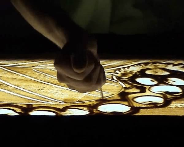 2005-sand-drawing-main-chenille What Is Sand Animation !?