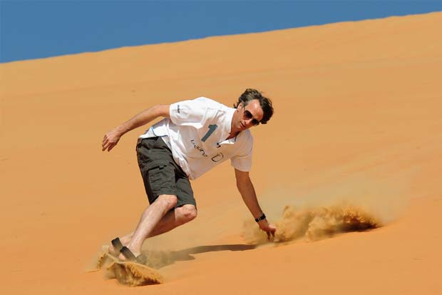 2_Skateboarding_legend_Tony_Hawk_flies_down_Abu_Dhabis_masive_dunes Have You Ever Try Skating On The Sand Before?!
