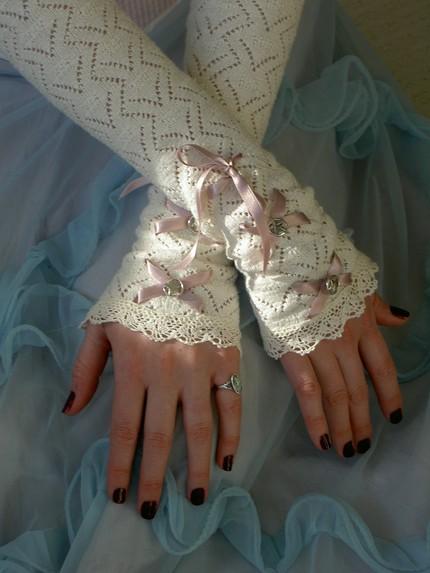Gauntlet-bridal_gloves1 35 Elegant Design Of Bridal Gloves And Tips On Wearing It In Your Wedding