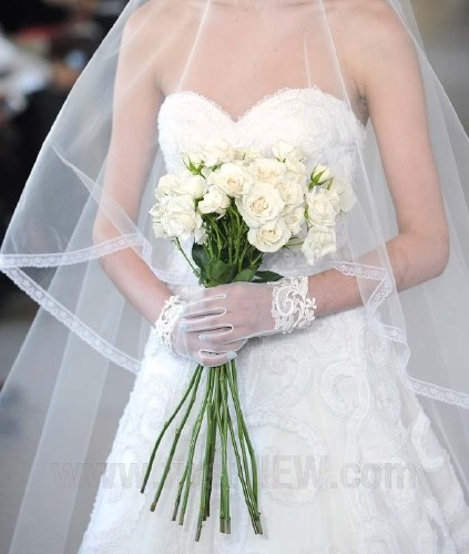 Oscar-de-la-Renta-Spring-2013-Wedding-Gloves-423x500 35 Elegant Design Of Bridal Gloves And Tips On Wearing It In Your Wedding