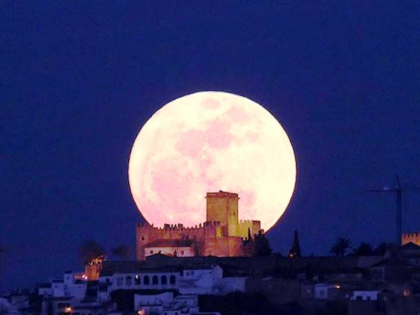 Slide2027 15 Stunning Images Of A Supermoon Taken In Different Locations
