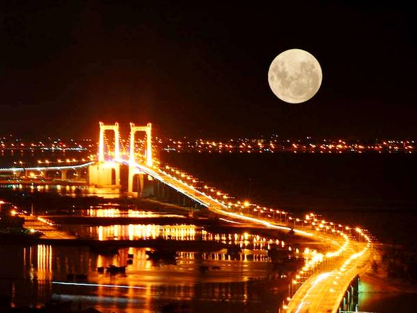 Slide329 15 Stunning Images Of A Supermoon Taken In Different Locations