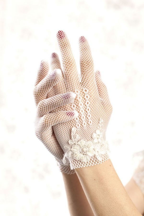 floral-embellished-bridal-gloves-vintage-wedding-style__full 35 Elegant Design Of Bridal Gloves And Tips On Wearing It In Your Wedding