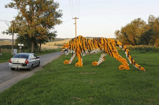 hello-wood-timber-tiger-2-537x357 24 Amazing Wooden Installations Art