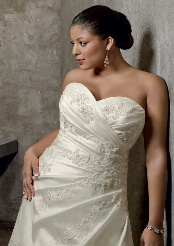 img2large Tips To Choose The Perfect Plus Size Bridal Dress...
