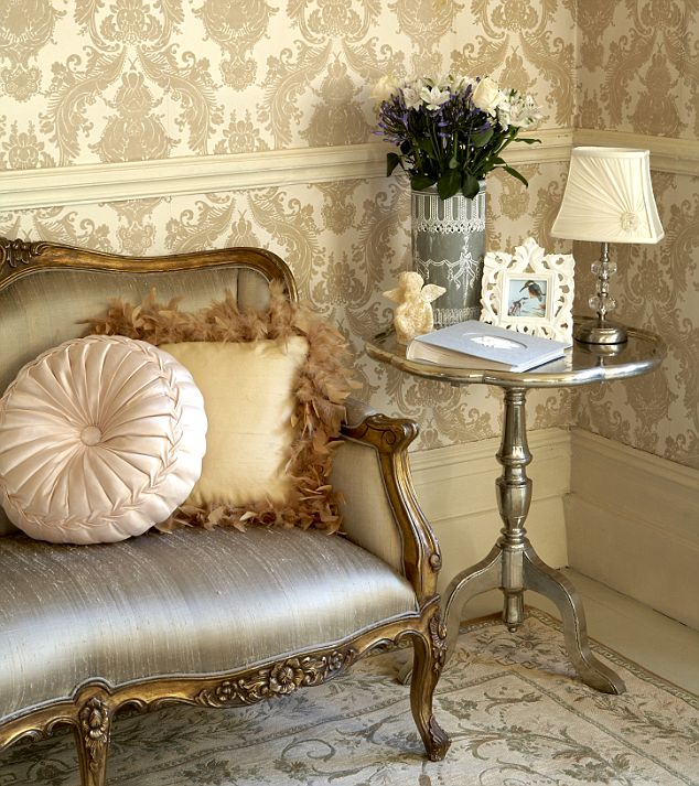 m06 Tips On Choosing Wall Papers For Your Living Room