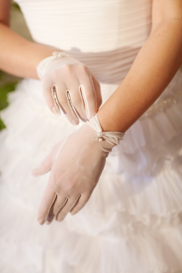 pearl-decorated-white-wrist-length-bridal-gloves 35 Elegant Design Of Bridal Gloves And Tips On Wearing It In Your Wedding