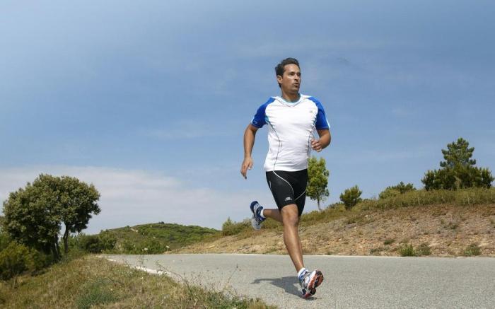 t-shirt-running-haut-de-gamme 10 MMA Workouts to Achieve Fitness