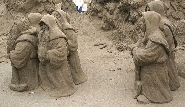 20 30 Stunning Installations Made Of Sand Beach