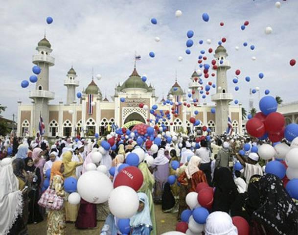 62836617-muslims-celebrate Muslims' Celebrations In Eid Al-Fitr