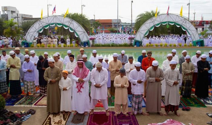 Muslims+Celebrate+End+Ramadan+Eid+ul+Fitr+NHhahV3OKxpx Muslims' Celebrations In Eid Al-Fitr