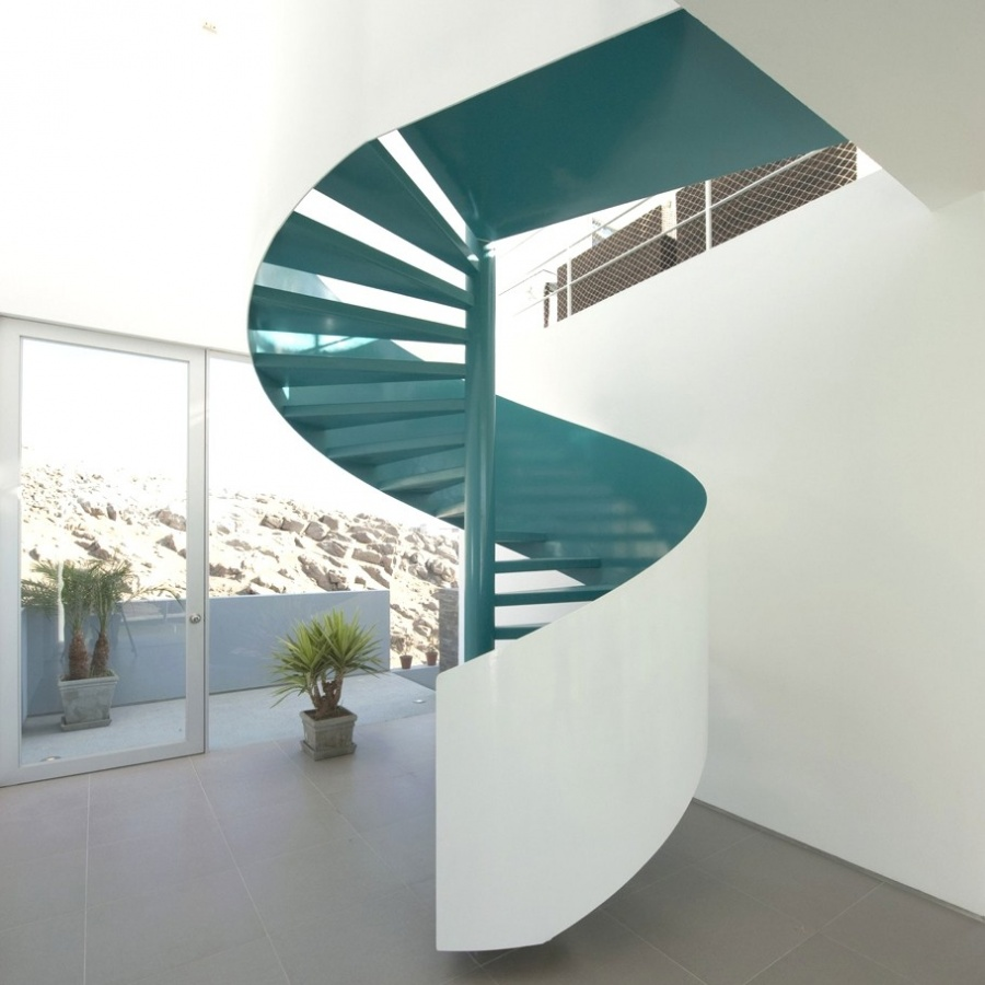 The-garndiose-staircase-in-the-middle-of-the-house Make Your Home Look Like a Palace