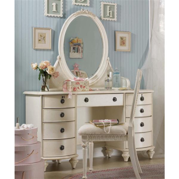 Vintage-Bedroom-Vanity-With-Crystal-Cut-Mirror 17 Wonderful Ideas For Vintage Bedroom Style