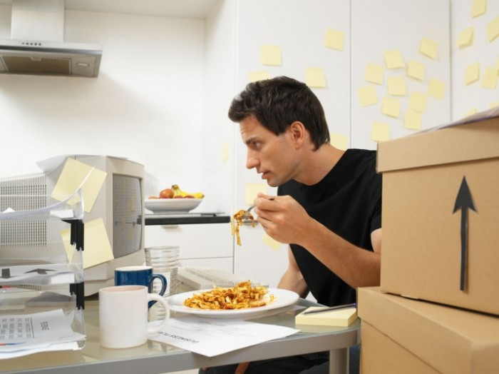 eating_multitask-713x534 Do You Want To Entertain Yourself While Working?!!