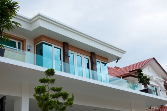 embedded-u-channel-balcony-glass-1 60+ Best Railings Designs for a Catchier Balcony