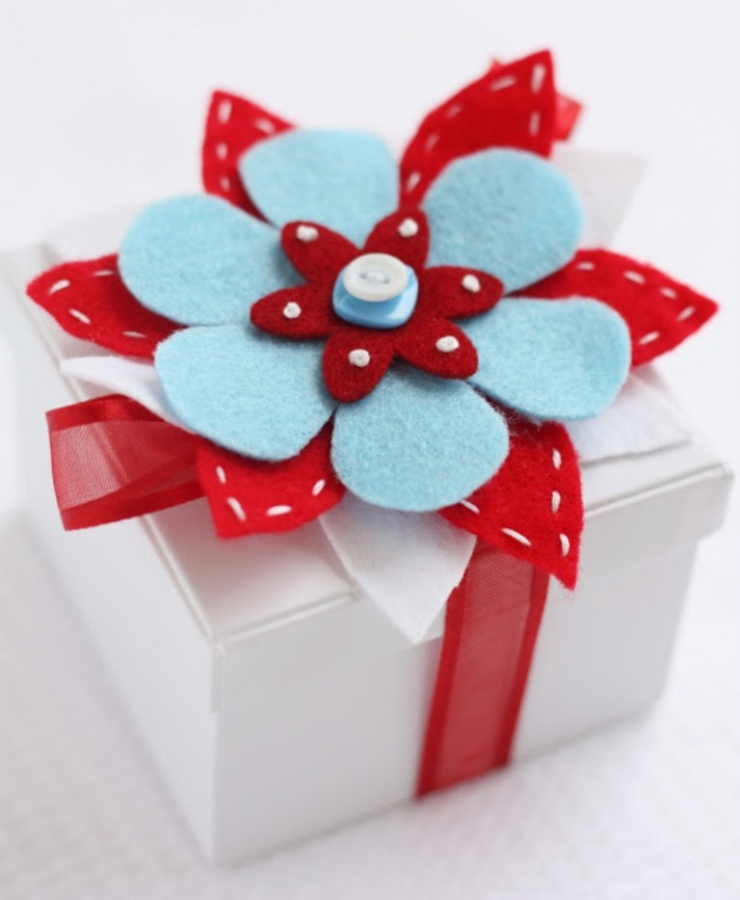 red-and-aqua-gift-wrapping 35 Creative and Simple Gift Wrapping Ideas