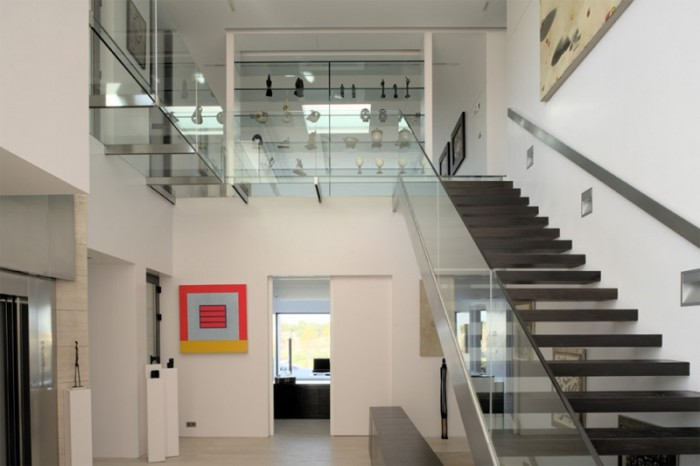 staircase-with-glass-railings Decorate Your Staircase Using These Amazing Railings