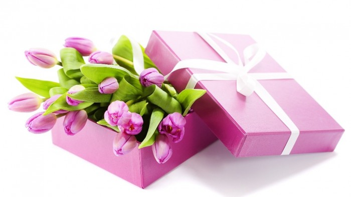tulips-gifts_00384186 35 Creative and Simple Gift Wrapping Ideas