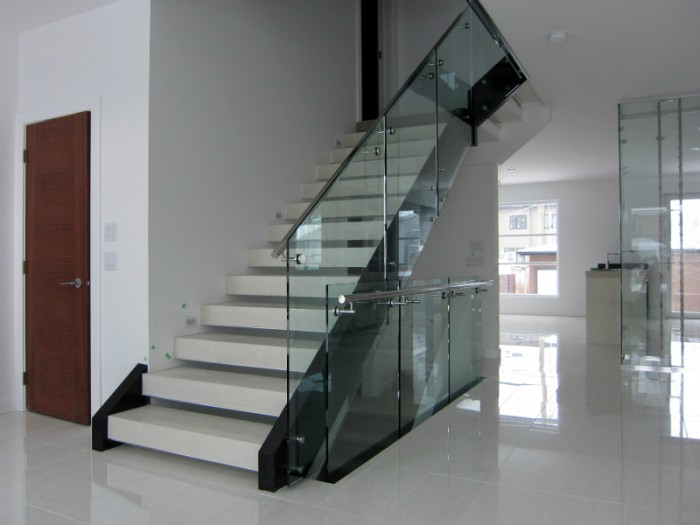 white-stairs-with-railing-glass1 Decorate Your Staircase Using These Amazing Railings