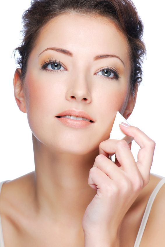 0e8fbd4948e80059_Beautiful_woman_applying_mineral_powder_foundation Follow These 5 Easy Steps to Apply Foundation and Powder on Your Own