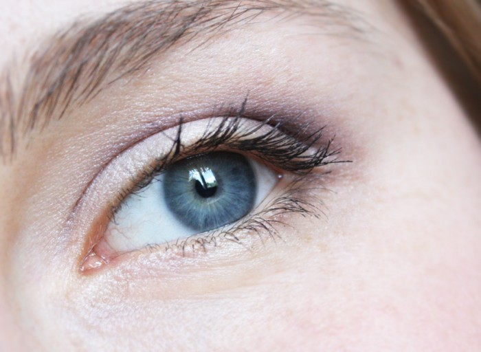 Violet-and-neutral-eye-makeup Get a Magnificent & Catchy Eye Make-up Following These 6 Easy Steps