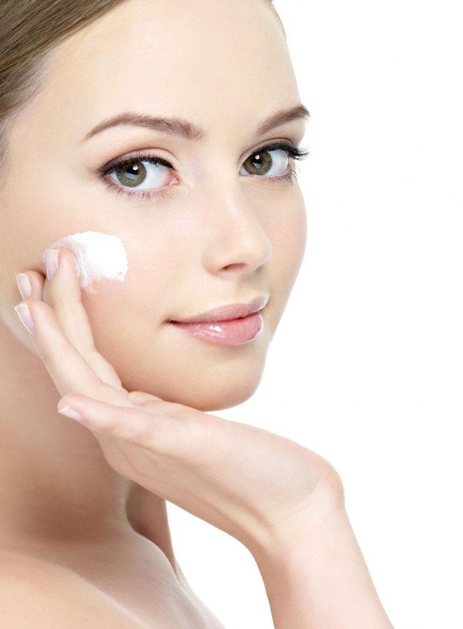 applying-lotion-on-face Follow These 5 Easy Steps to Apply Foundation and Powder on Your Own