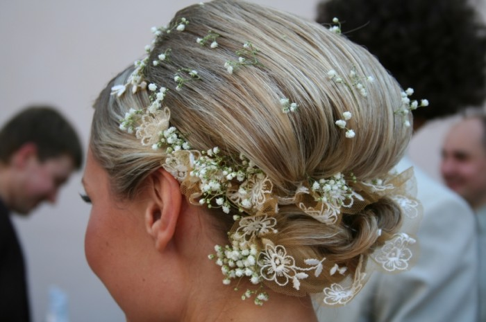 bridal-hairstyles-with-small-white-flowers 50 Dazzling & Fabulous Bridal Hairstyles for Your Wedding