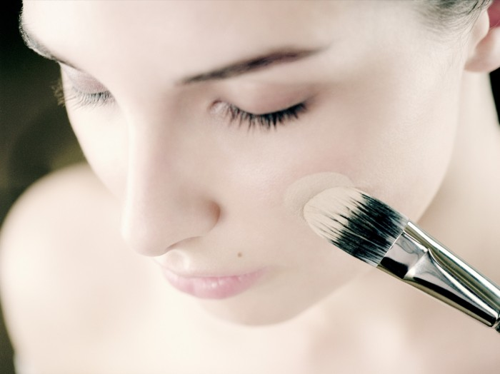 o-FOUNDATION-MAKEUP-BRUSH-facebook Follow These 5 Easy Steps to Apply Foundation and Powder on Your Own